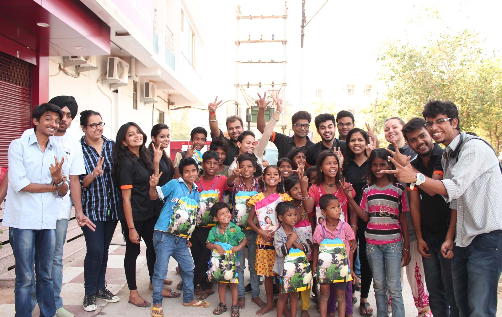 Gramiksha team of volunteers and kids